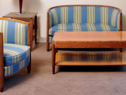 Salon composé d'un canapé et d'un fauteuil...
