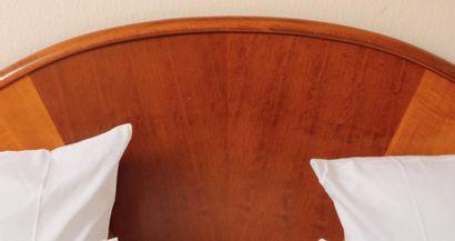 Tête de lit et deux tables de chevet en console...