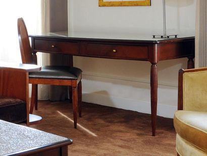 Bureau plat ouvrant à deux tiroirs à pieds...