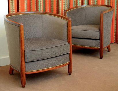 Paire de fauteuils gondole. Montants cannelés...