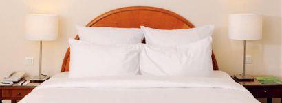 Tête de lit et deux tables de chevet ouvrant...