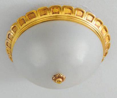 Plafonnier en métal doré et verre dépoli D_35 cm environ On y joint une reproduction...