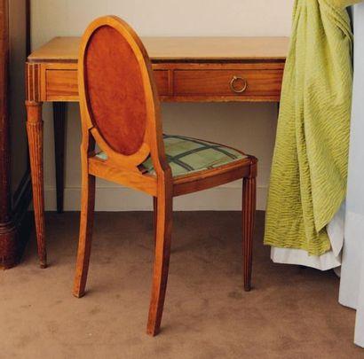 Bureau plat ouvrant à deux tiroirs et pieds...