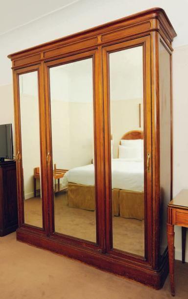 Armoire dressing ouvrant à trois portes à miroir H_228 cm L_178 cm P_54,5 cm