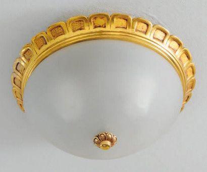 Plafonnier en métal doré à décor de frise...