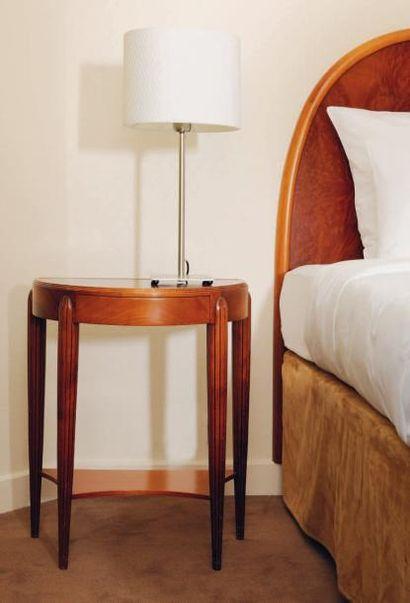 Paire de têtes de lit et paire de tables...