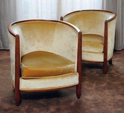 Paire de fauteuils gondole à montants en...