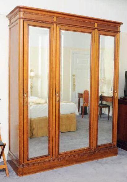 Armoire dressing ouvrant à trois portes miroir,...