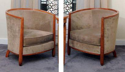 Paire de fauteuils gondole à montants cannelés...