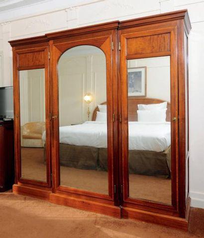 Grande armoire dressing en bois de placage...