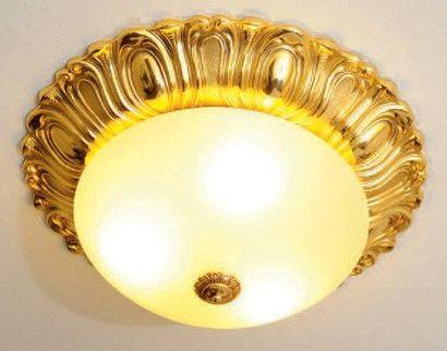 Plafonnier en métal doré à décor de palmettes...