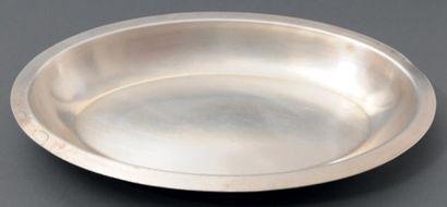 Suite de six plats creux ovales en métal...