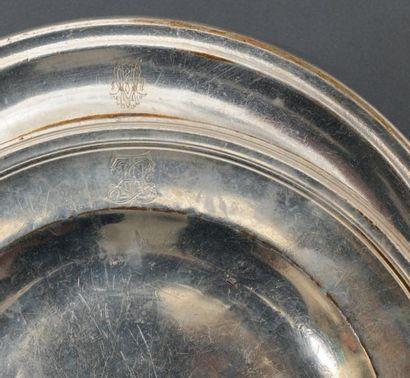 Deux plats circulaires en métal argenté,...