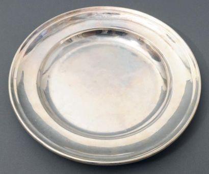 Plat circulaire en métal argenté gravé d'un...