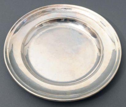 Deux plats circulaires en métal argenté gravés...