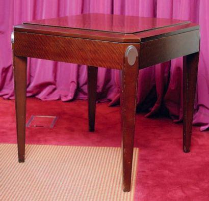 Table basse carrée à pied gaines et ornement...