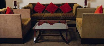 Salon composé d'un canapé trois places et...