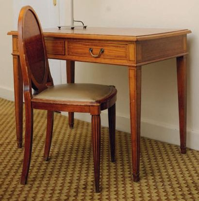 Bureau plat ouvrant à deux tiroirs, à filets...
