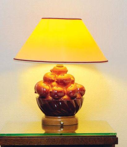 Trois lampes en faïence émaillée bordeaux...