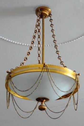 Lustre en métal doré de forme circulaire...