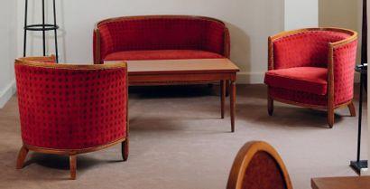 Salon composé d'un canapé et de deux fauteuils...