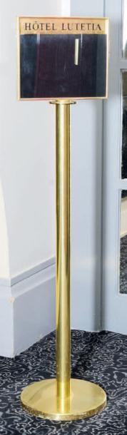 Deux panneaux indicateurs en métal doré,...