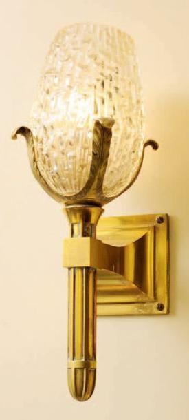 Paire d'appliques en bronze doré et verre...