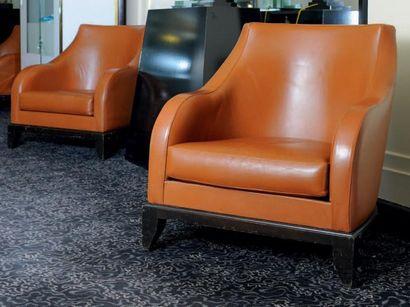 Paire de fauteuils club en cuir havane reposant...