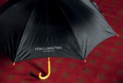 Parapluie en bois et nylon siglé «Hôtel Lutetia...
