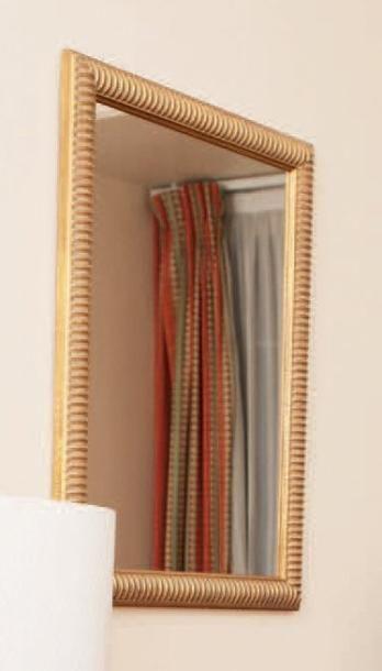 Miroir dans un cadre en bois doré. H_80 cm...