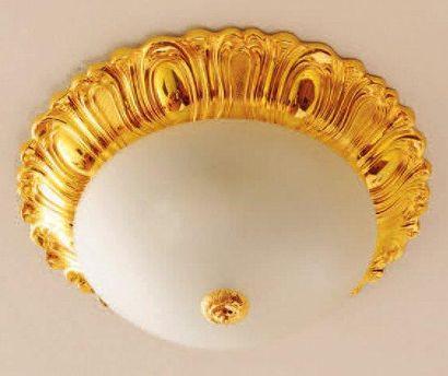 Plafonnier en métal doré. D_42 cm