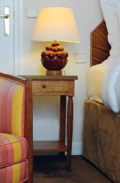 Une tête de lit à pan coupés et deux tables...