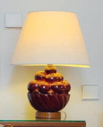 Paire de lampes en faïence émaillée bordeaux...