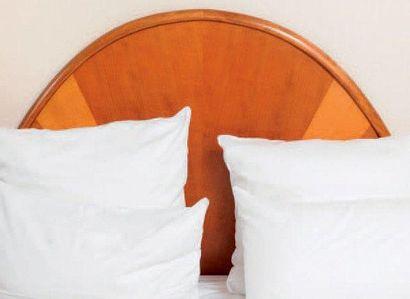 Une tête de lit et une table de chevet à...