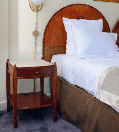 Deux têtes de lit marquetées de fleurs de...