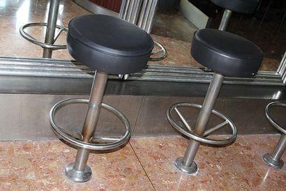 Quatre tabourets de bar fixes en skaï noir et métal