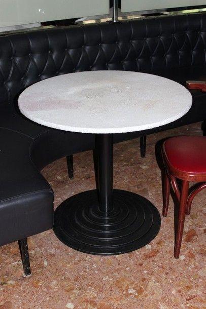 Trois tables circulaires, piètement en fonte...
