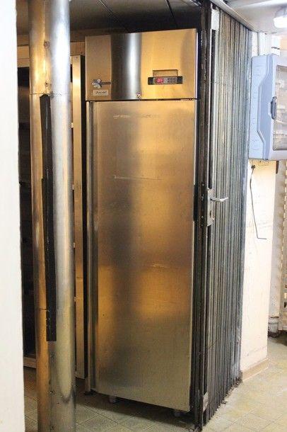 Une armoire réfrigérée inox Furnotel Cold line H_208 cm