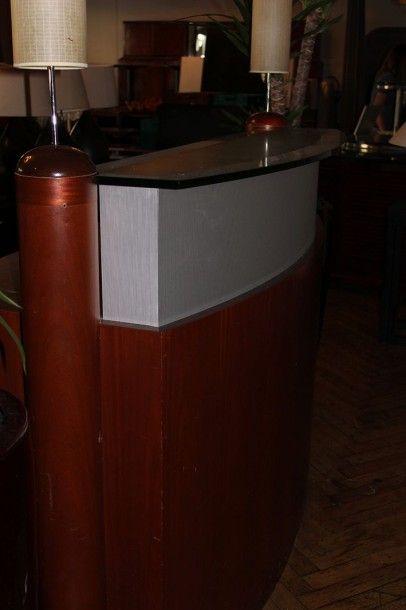 Comptoir d'accueil en bois teinté et verre...