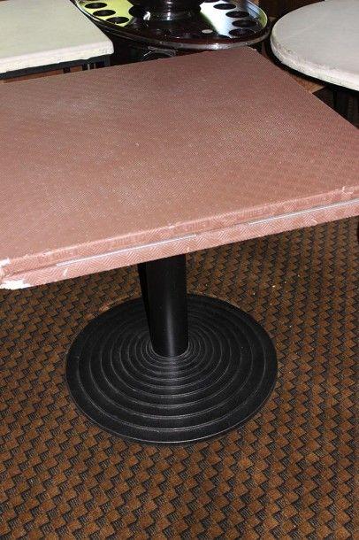 Quinze tables à piètement en fonte laquée...