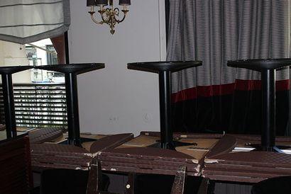 Quatorze tables à piètement en fonte laquée...