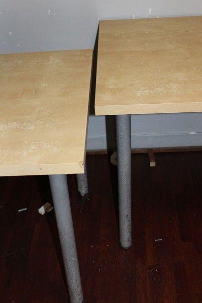 Suite de neuf tables à plateau lamifié et...