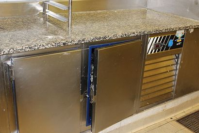 Armoire basse réfrigérée en inox à deux portes...
