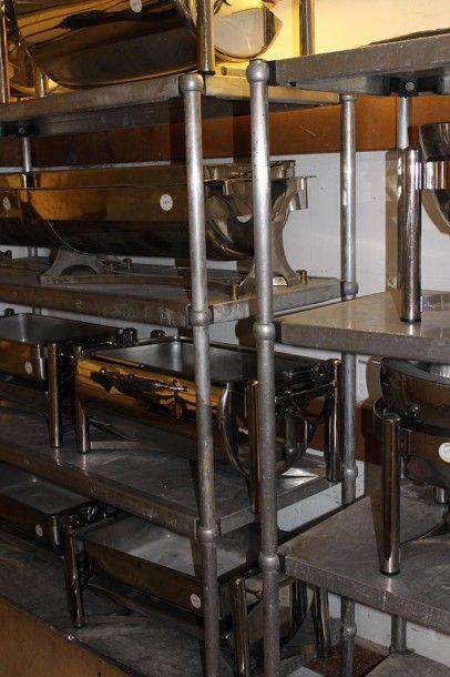Quatre étagères à quatre plateaux en inox,...