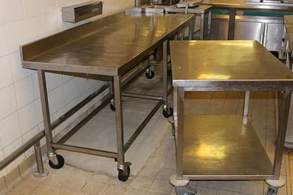 Six tables roulantes rectangulaires en inox...