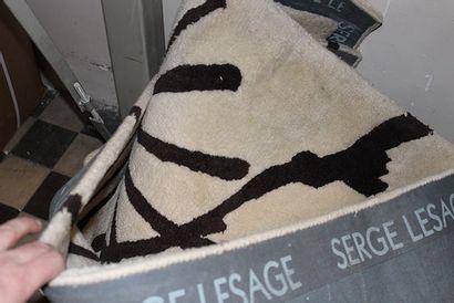 Très grand tapis Serge Lesage à motif noir...