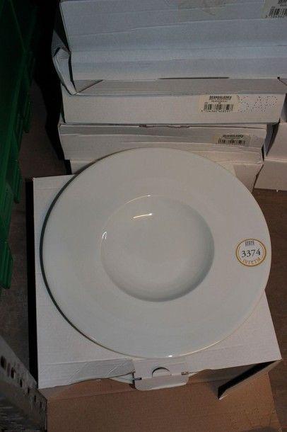 Lot 80 assiettes en porcelaine blanche à...