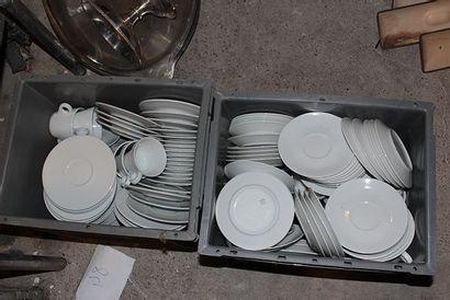 Important lot de sous-tasses en porcelaine...