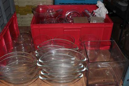 Important lot de verrerie comprenant 7 vases,...