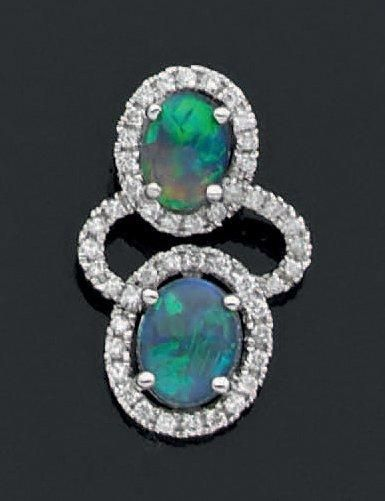 PENDENTIF en or gris 18 K ajouré retenant deux opales noires superposées dans un...